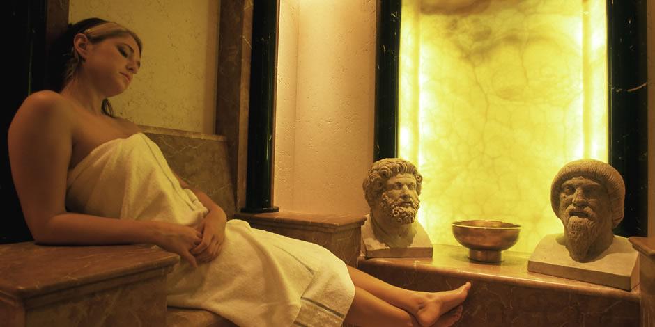 Entspannen Sie in stilvollem römischen Ambiente mit herrlichen Düften, sanften Farben und beruhigenden Klängen.